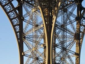 De eiffeltoren. Deze grote stalen toren is de bekendste bezienswaardigheid van Parijs.